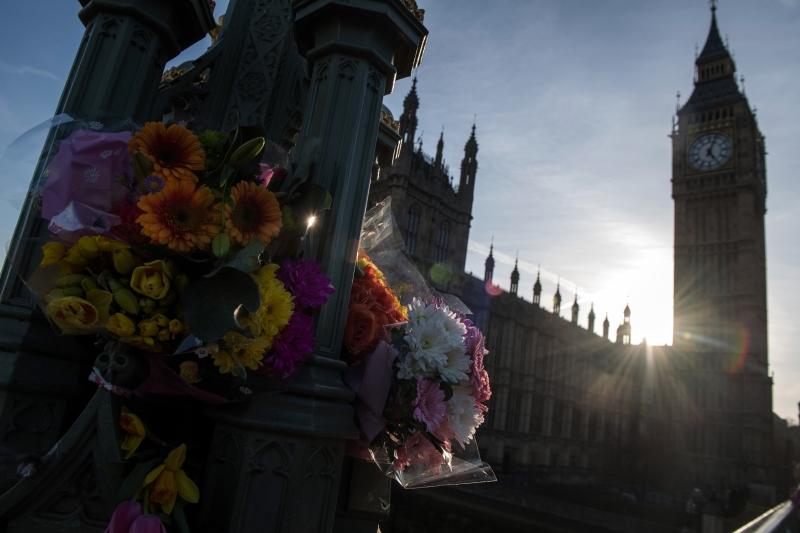 Flores são colocadas diariamente na ponte de Westminster, em frente ao Parlamento, em tributo às vítimas do atentado