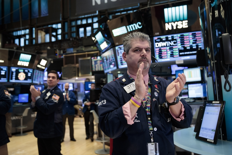 NEW YORK, NY - MARCH 31: Traders applaud on the floor of the New York Stock Exchange (NYSE) as members of the New York Fire Department enter to ring the closing bell, March 31, 2017 in New York City. The Dow Jones industrial index notched its sixth-straight positive quarter, marking the best run for the Dow since 2006. (Drew Angerer/Getty Images)       Caption