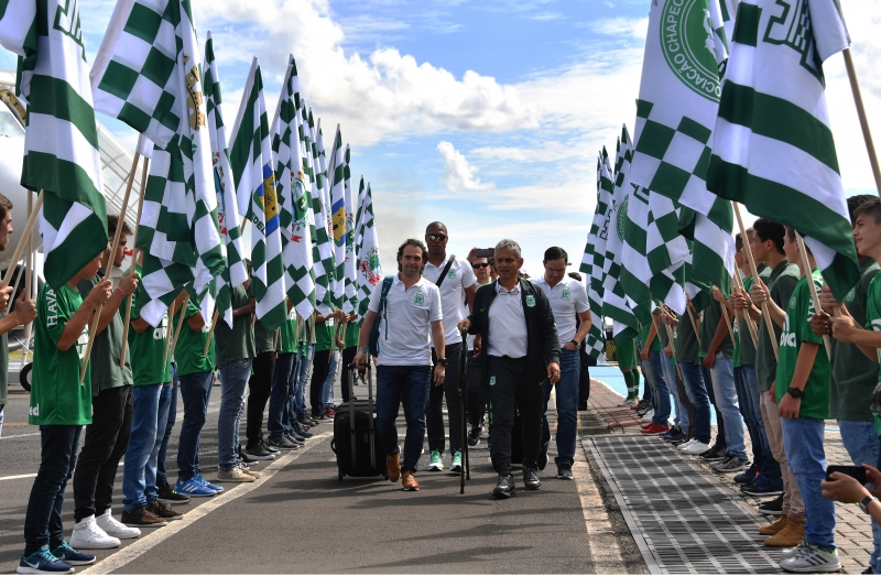 Members of the Colombian football team Atletico Nacional are honored upon their arrival in Chapeco, Santa Catarina, southern Brazil on April 03, 2017, on the eve of the first match against Brazilian team Chapecoense for the Recopa Sudamericana. / AFP PHOTO / NELSON ALMEIDA