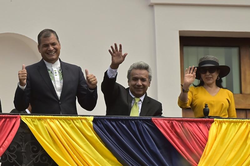 Presidente eleito (c) irá substituir Rafael Correa (e), no comando do país desde janeiro de 2007