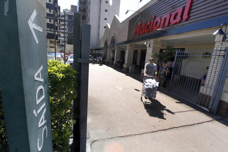 Walmart fecha lojas em Porto alegre, fotos da fachada da loja na Lucas de Oliveira