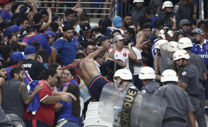 Confronto entre torcedores e polícia na partida entre Universidad de Chile e Corinthians no Itaquerão