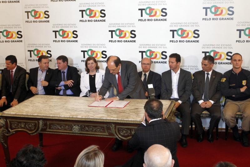 Decreto foi assinado por Sartori (c) e prefeitos de cidades interessadas no SIM/RS