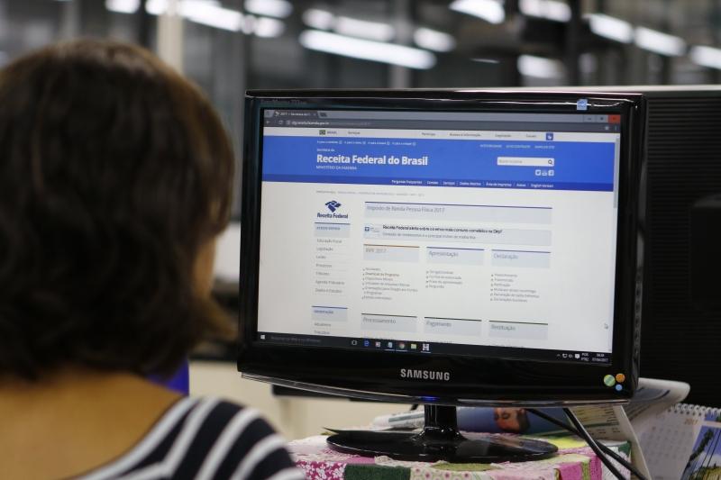 Fotos do site da Receita Federal e página de declaração do Imposto de Renda para banco de imagens