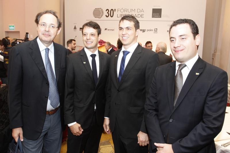 O economista Eduardo Gianetti com Rodrigo Tellechea, Júlio Lamb e  Thobias Zambon lideranças do IEE