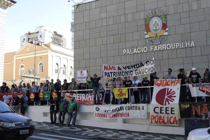 Manifestação em frente à Assembleia critica pacote do governo Sartori