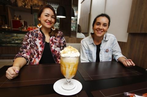 Siomara e Tatiana exibem o café gelado de paçoca, um dos preferidos dos frequentadores