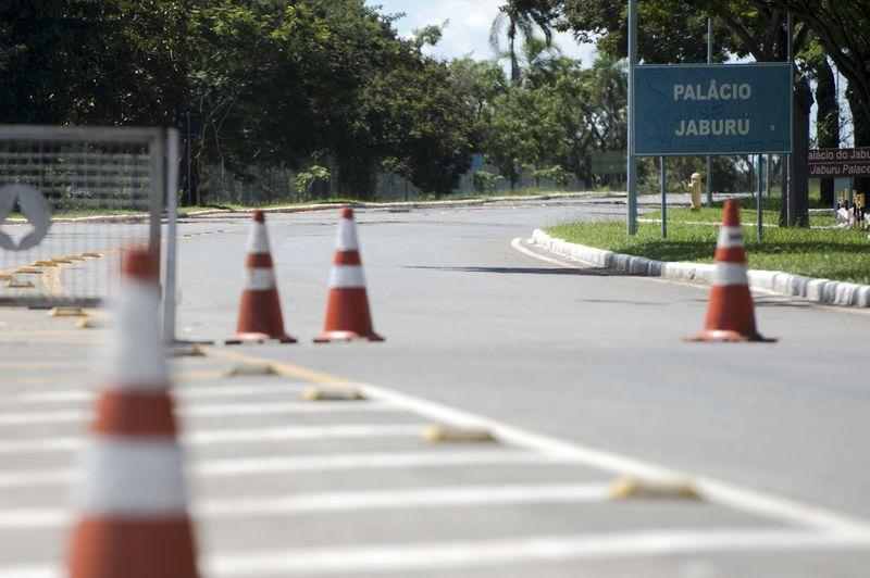 Brasília - Bloqueio em via de acesso aos Palácios do Jaburu e da Alvorada, residências oficiais do Vice-Presidente Michel Temer e da Presidenta Dilma Rousseff, respectivamente (Marcelo Camargo/Agência Brasil)