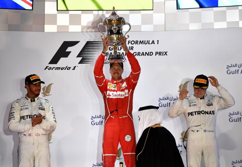 Sebastian Vettel celebra no pódio após vencer o Grande Prêmio do Bahrain