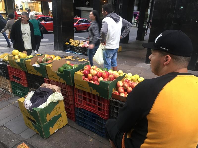 Venda de frutas nas calçadas do Centro Histórico do Porto Alegre - voltam a vender - mesmo após a fiscalização da Secretaria de Desenvolvimento Econômico (SMDE) - Avenida Salgado Filho com Rua Vigário José Inácio - ambulantes - mercado informal - desemprego