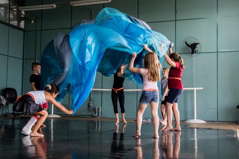Em Pequenices, crianças participam do espetáculo com a bailarina Fernanda Bertoncello Boff
