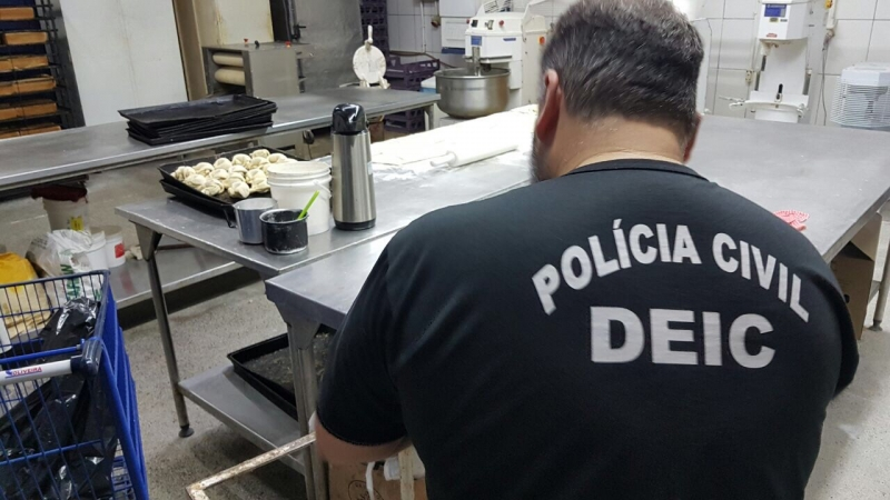 Na padaria da loja em Alvorada, os policiais flagraram infestação de baratas e prenderam sócio da rede