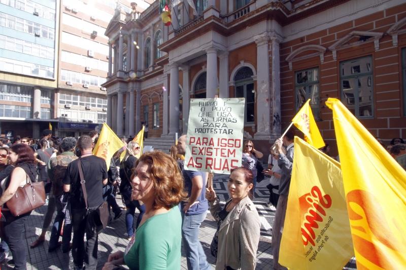 Servidores fazem ato em frente à prefeitura, onde fica o gabinete de Marchezan Júnior