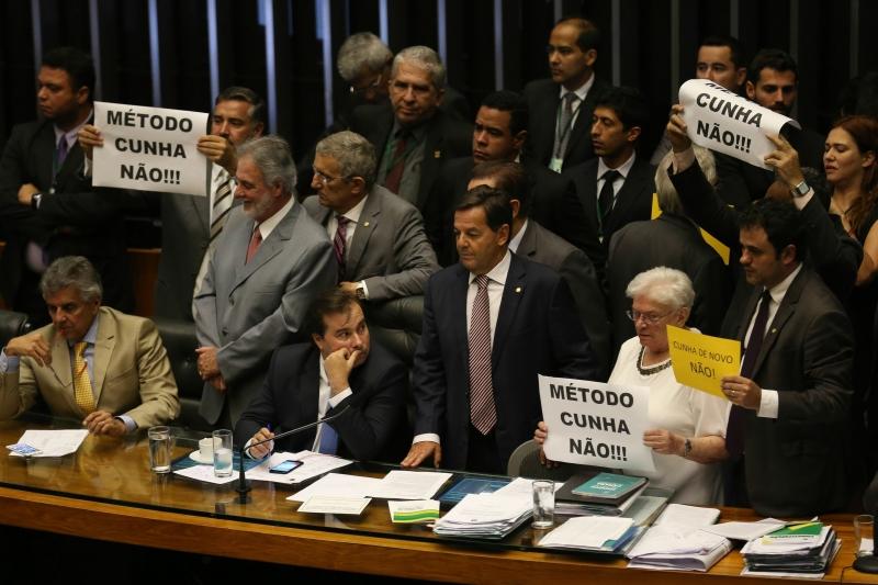Na sessão, Maia (c) foi comparado ao ex-presidente da Casa, Eduardo Cunha