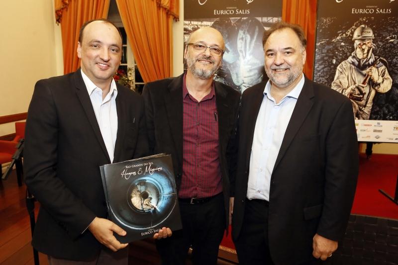 O fotógrafo Eurico Salis, entre os secretários de Estado Cleber Benvegnú e Carlos Búrigo, no lançamento de seu mais recente livro