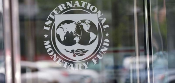 FMI Fundo Monetário Internacional.  (FILES) This file photo taken on July 5, 2015 shows the seal of the International Monetary Fund at the headquarters building in Washington, DC. The International Monetary Fund said January 19, 2016 that the sharp collapse in oil prices is proving more of a drag than a stimulus on the global economy. / AFP / MANDEL NGAN