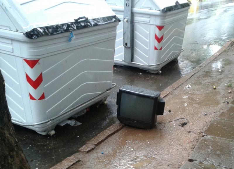 pg3 TVs analógicas abandonados nos contêineres - foto mauro borges