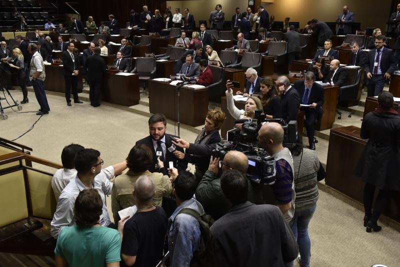 Líder do governo, deputado Gabriel Souza (ao centro) avalia que reajuste não gerará demissões no Estado