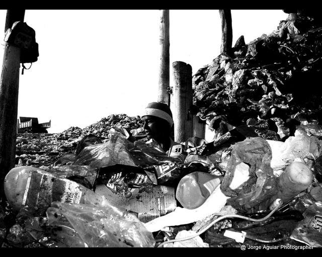 Fotos de Jorge Aguiar expõem vida de quem recicla lixo