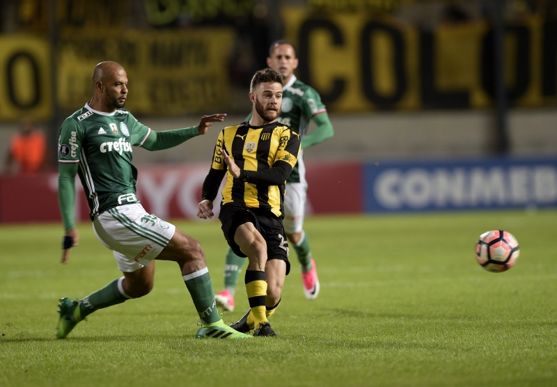 Brazil's Palmeiras Felipe Melo (L) vies for the ball with Uruguay's Penarol Nahitan Nandez during their Libertadores Cup football match at the Campeones del Siglo Stadium in Montevideo on April 26, 2017.  Palmeiras x Penharol