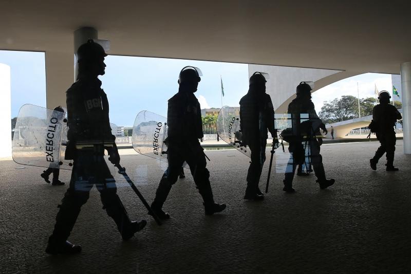 No Palácio do Planalto, soldados da Guarda Presidencial também parecem estar mais equipados para fazer a segurança