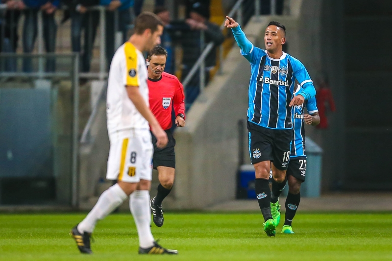 Lucas Barrios of Brazil's Gremio, celebrates after scoring against Paraguay's Guarani, during their Copa Libertadores 2017 football match held at the Arena do Gremio stadium, in Porto Alegre, Brazil, on April 27, 2017. / AFP PHOTO / JEFFERSON BERNARDES