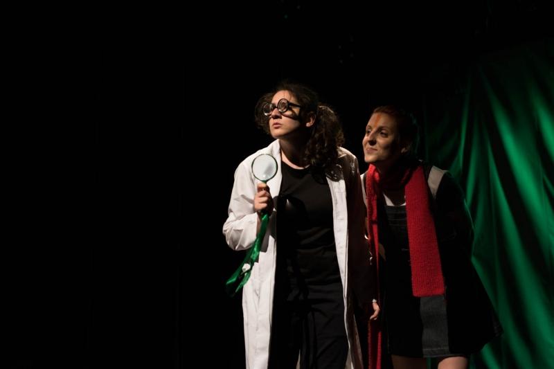Ana Caroline de David e Bruna Casali na peça A história das cores do Teatro, Pesquisa e Extensão da Ufrgs