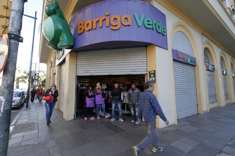 GREVE GERAL, do dia 28 de abril. Movimentação, bloqueios e manifestações ocorreram em vários pontos de Porto Alegre na foto: funcionários mantém loja aberta apesar de não ter clientes
