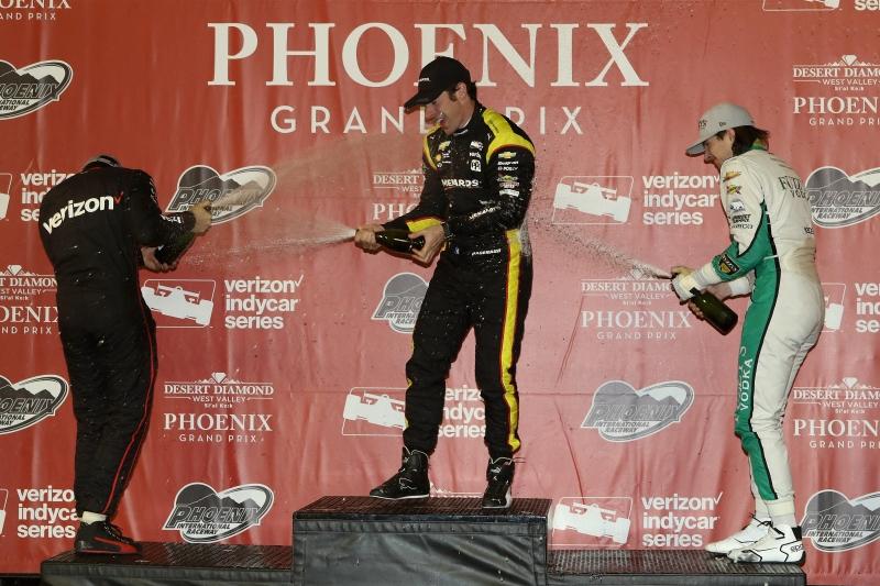 Pagenaud comemora a vitória ao lado de Power e Hilderbrand em Phoenix