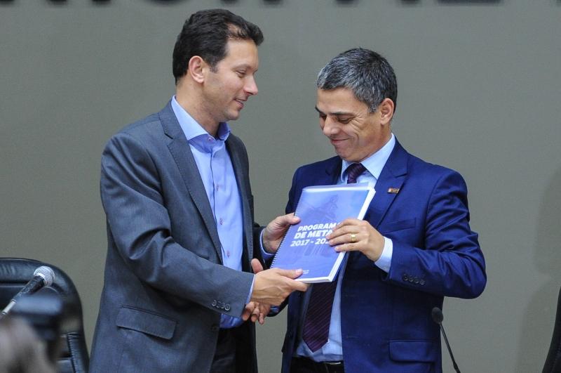Prefeito Marchezan (e) entregou documento a Trogildo em março