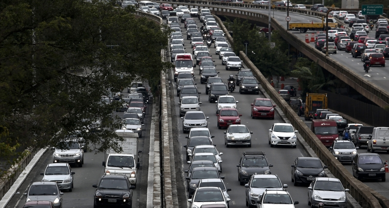 A traffick jam during a general strike against the Brazilian social welfare reform project in Sao Paulo, Brazil, on April 28, 2017.  Protesters snarled rush hour traffic and closed down the metro in Brazil's economic center Sao Paulo on Friday at the start of a nationwide strike called by unions opposing austerity reforms. / AFP PHOTO / Miguel SCHINCARIOL trânsito São Paulo       Caption
