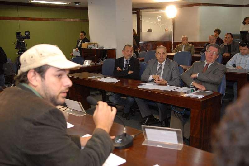 Mano Changes, de boné, conduz reunião de comissão; no plenário, seguia código sem perder estilo próprio