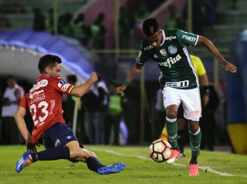 Liberadors: Bolivia's Jorge Wilstermann player Fernando Saucedo (L) vies for the ball with Tche Tche of Brazil's Palmeiras during their Copa Libertadores football match at the Felix Capriles Stadium in Cochabamba, Bolivia, on May 3, 2017.