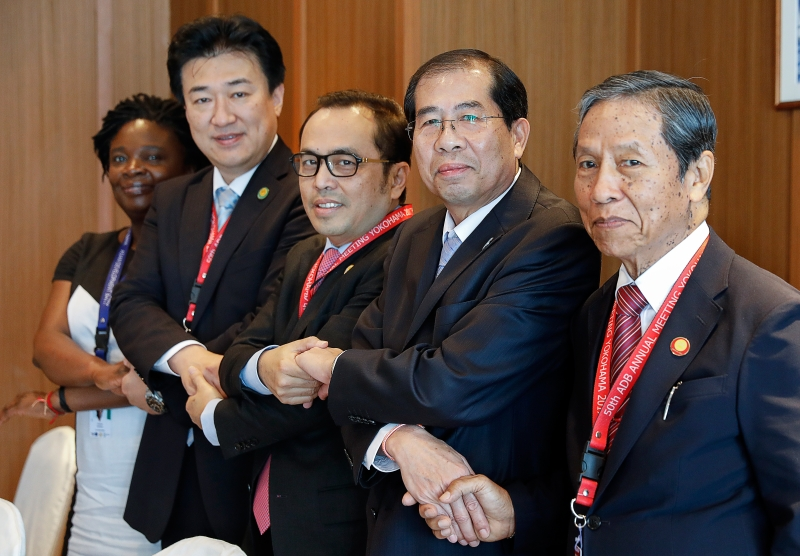 (From L to R) World Bank regional Vice President Victoria Kwakwa, Japan's Vice Finance Minister Minoru Kihara, Cambodia's Secretary of State Vongsey Vissoth, Laos' Finance Minister Somdy Douangdy and Myanmar's Union Minister for Planning and Finance U Kyaw Win pose after exchanging signing documents prior to the Asian Development Bank's annual meeting in Yokohama, south of Tokyo, on May 5, 2017.   presidentes de bancos centrais asiáticos se reuniram no Japão
