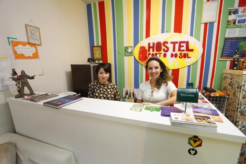 A estagiária Francine Franceschi e a proprietária do hostel, Caroline Klein