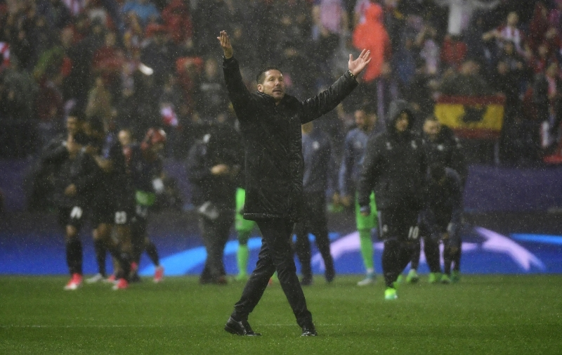 Atletico Madrid's Argentinian coach Diego Simeone thanks their supporters at the end of the UEFA Champions League semi final second leg football match Club Atletico de Madrid vs Real Madrid CF at the Vicente Calderon stadium in Madrid, on May 10, 2017. Real Madrid won 2-1 Atletico de Madri. Liga dos Campeões. semifinal
