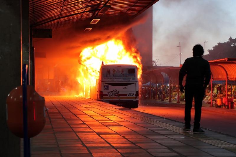Porto Alegre, RS - 10/05/2017..Incêndio em ônibus - Terminal Parobé..Foto: Joel Vargas/PMPA