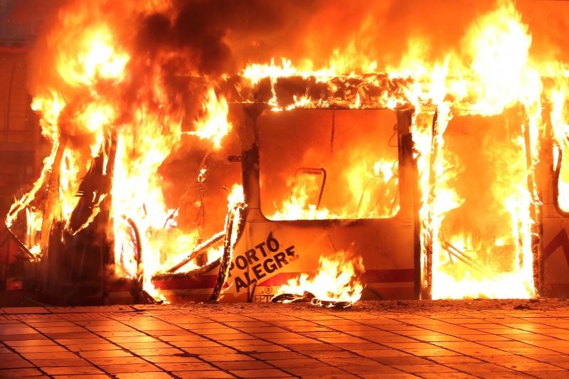 Ônibus é incendiado em terminal de Porto Alegre