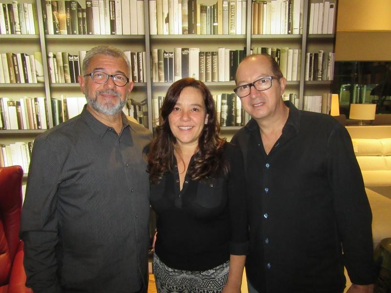 Fotolegenda Paulo Zoppas, Leila Andrade e Roberto Cauduro em noite de drinques na loja Santo Antonio de Lisboa, no DC Shopping