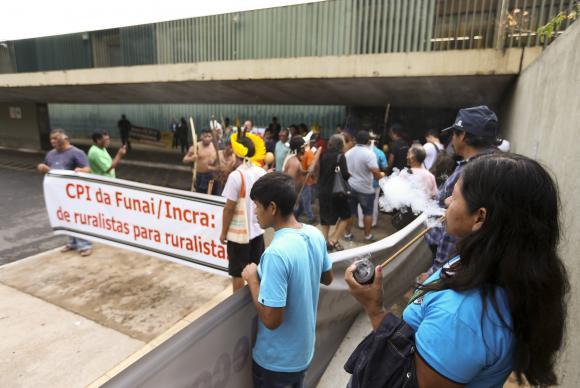 Índios fazem protesto contra a Comissão Parlamentar de Inquérito da FUNAI, na Câmara dos Deputados