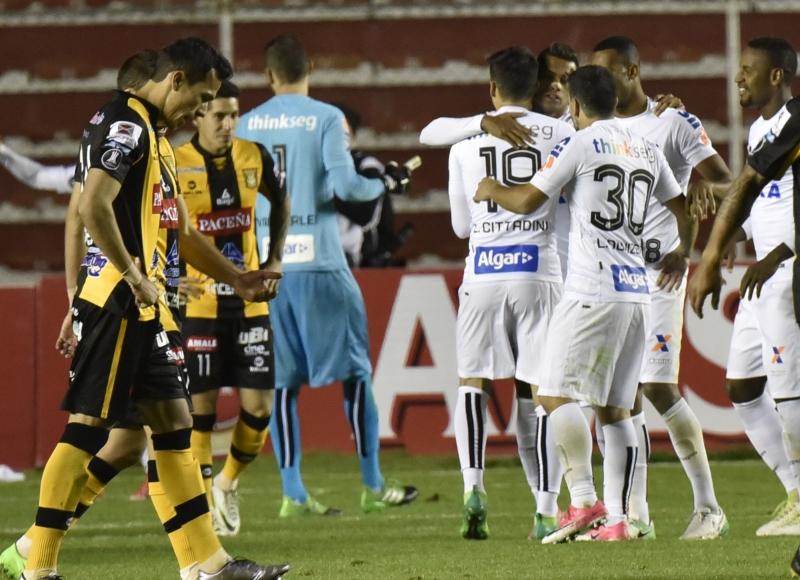 Jogadores do Santos comemoram tento em La Paz