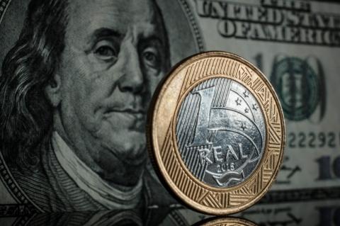 Real ganha força contra dólar diante de alívio em ruídos políticos sobre fiscal