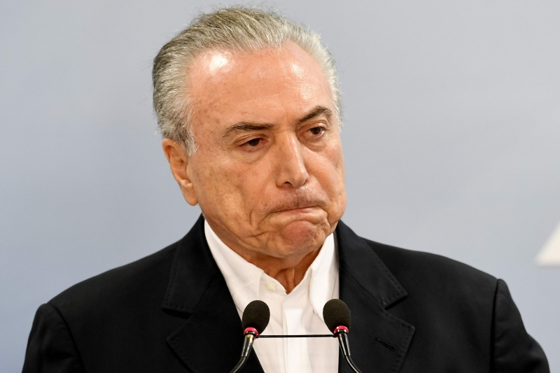 Brazilian President Michel Temer makes a statement at Planalto Palace in Brasilia, Brazil, on May 20, 2017.  Temer on Saturday asked the Supreme Court to suspend a probe into his alleged obstruction of justice, saying a central piece of evidence is flawed. / AFP PHOTO / EVARISTO SA       Caption