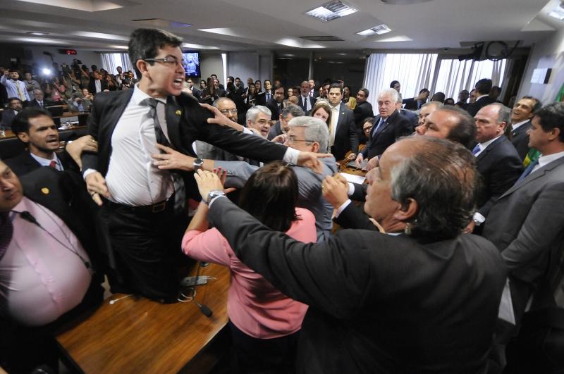 Reunião acabou com bate-boca e empurra-empurra entre senadores