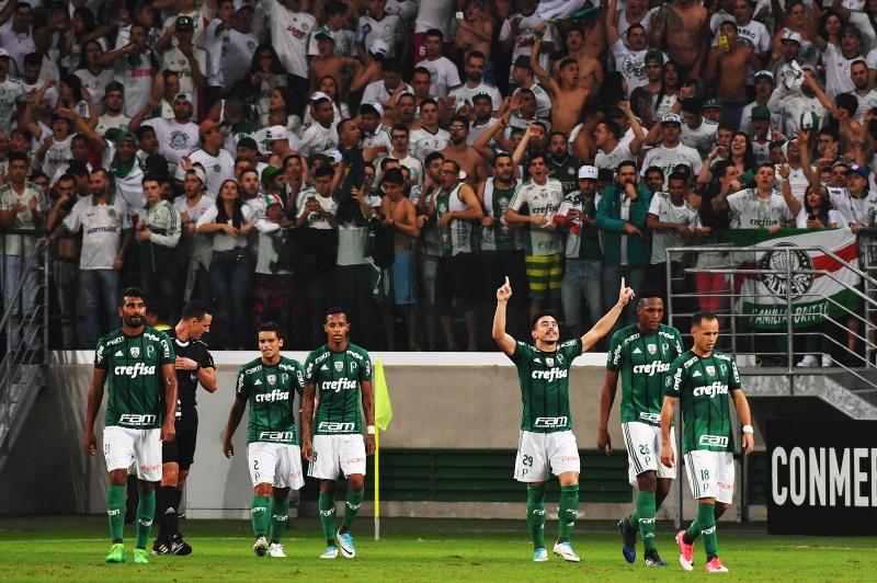 Willian (ao centro) comemora o segundo gol do Palmeiras, que garantiu a primeira colocação no grupo
