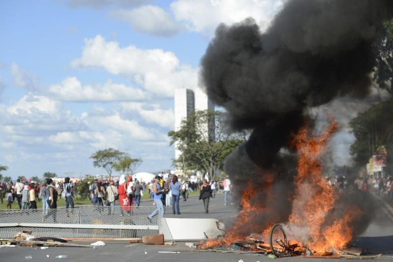 Polícia Militar e manifestantes entraram em confronto na Esplanada dos Ministérios durante protesto contra o governo do presidente Michel Temer