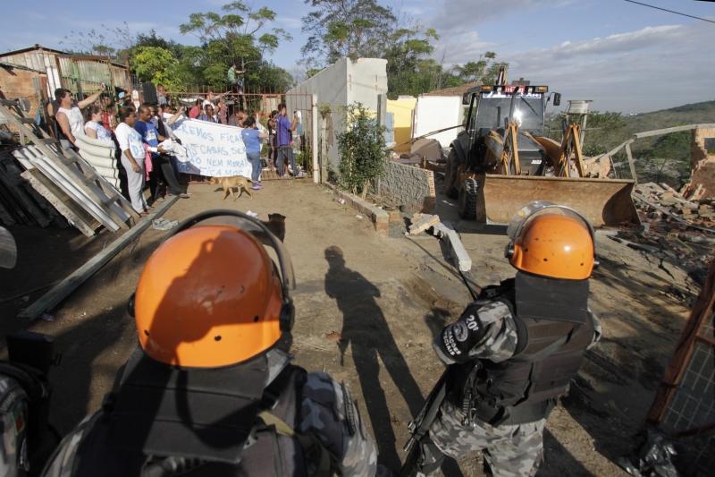 Derrubada de moradias causou reação por parte dos moradores