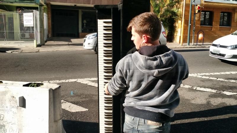 pg3 rapaz carrega piano - foto Gilberto Jasper
