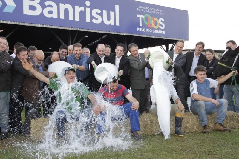 Expoleite/Fenasul no Parque de Exposições Assis Brasil. Na foto : Banho de leite dos proprietários dos animais vencedores.