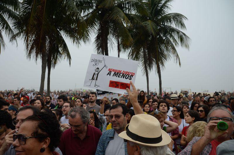 Rio de Janeiro - Uma manifestação na Praia de Copacabana reúne desde o início da tarde de hoje (28) milhares de pessoas pedindo a realização de eleições diretas (Tânia Rêgo/Agência Brasil)